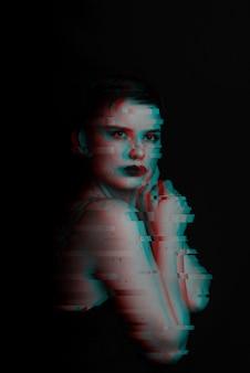 Retrato sensual de um close-up de garota sexy. ruído é supcerimposs na foto. preto e branco com efeito de falha