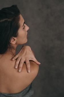 Retrato sensual de uma linda garota. foto vertical de uma menina bonita e elegante. lugar para um texto sobre cosmetologia.