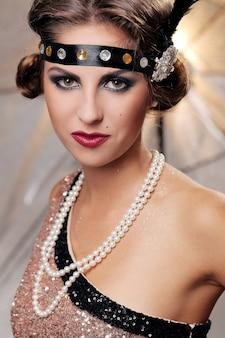 Retrato sério da mulher elegante