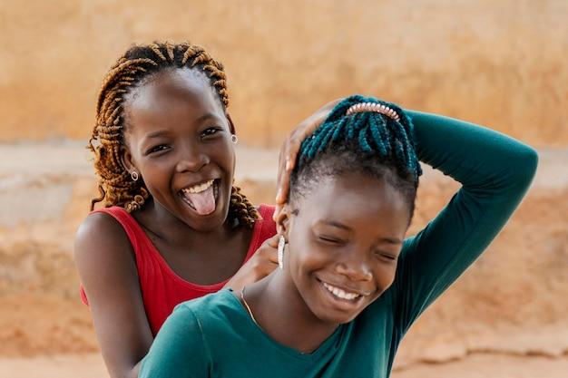 Retrato sorridente de garotas africanas em close-up