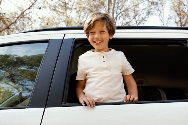 Retrato sorridente de menino no carro