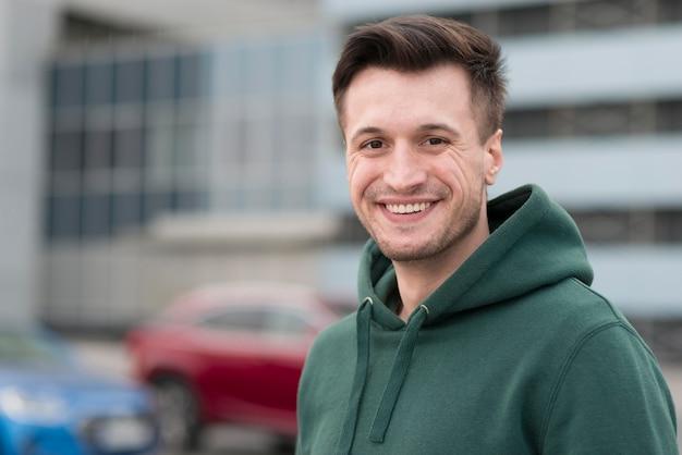 Retrato sorridente homem ao ar livre