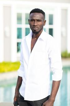 Retrato sorridente jovem empresário afro-americano ceo com expressão séria no rosto