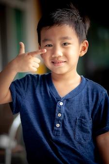 Retrato sorridente rosto de crianças asiáticas em pé com emoção relaxante