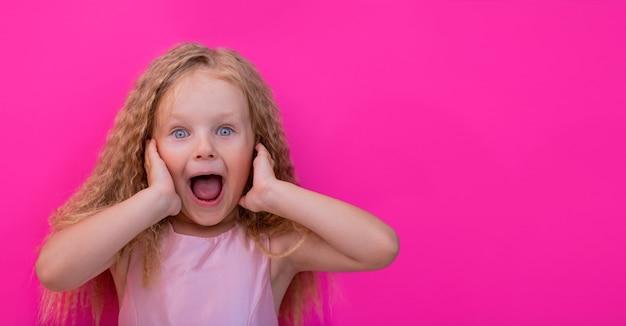 Retrato surpresa de uma menina espantada com a boca aberta, uau