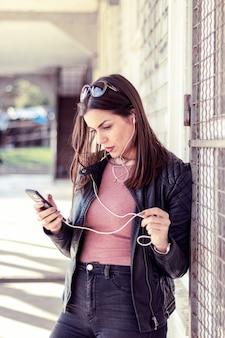 Retrato, um, bonito, mulher jovem, com, um, telefone