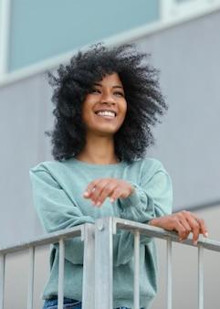 Retrato urbano com mulher feliz