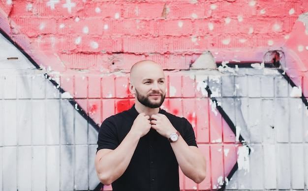 Retrato urbano de homem bonito usando relógio e camiseta