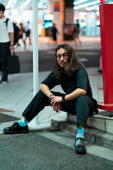 Retrato urbano de jovem com cabelo comprido