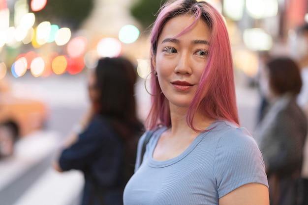 Retrato urbano de jovem com cabelo rosa
