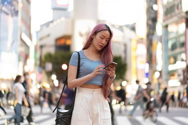 Retrato urbano de jovem com longos cabelos rosa