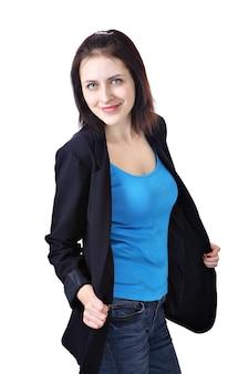 Retrato vertical de uma jovem sorridente caucasiana, de 18 anos, vestida com uma jaqueta azul escura, blusa azul claro e calça jeans.