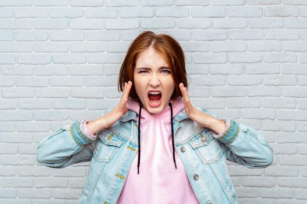 Retrato, zangado, mulher jovem, gritando