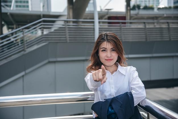 Retratos de belas mulheres asiáticas parecem alegres e a confiança está em pé e se sente bem com o trabalho