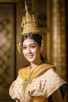 Retratos de belas mulheres tailandesas vestidas em trajes nacionais tailandeses tradicionais, sorrindo lindamente.