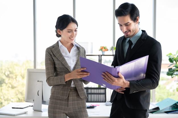 Retratos de bussiness homem e mulher trabalhando no escritório de finanças