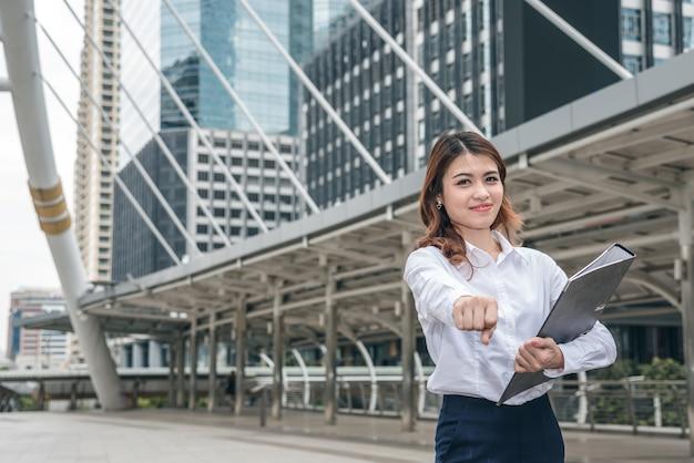 Retratos de linda mulher asiática parecem alegres e a confiança está em pé