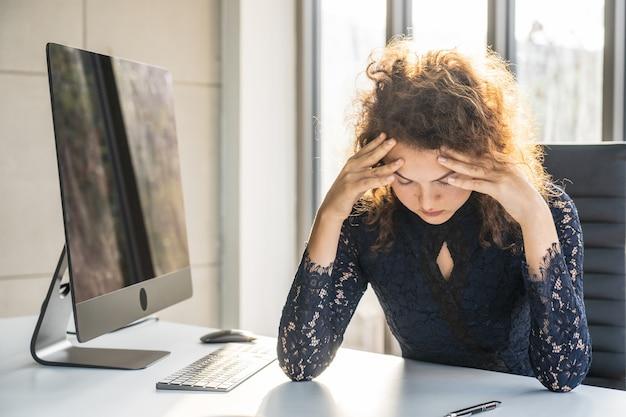 Retratos de mulher bonita, estressado do trabalho.