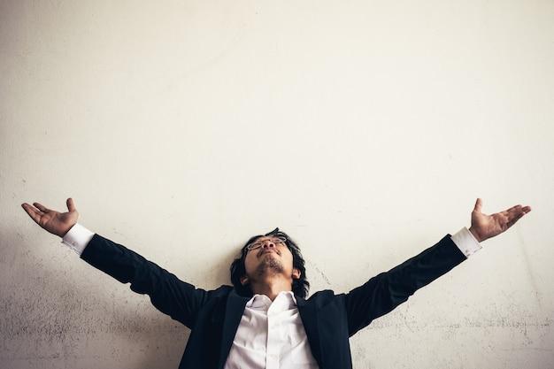 Retratos do empresário asiático estressado do trabalho