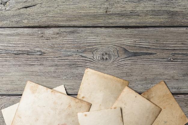 Retrô algumas fotos antigas na mesa de madeira