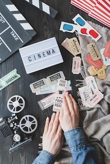 Retro e vintage. projetor de carretel de filme da velha escola, mesa de luz com palavra cinema, claquete.