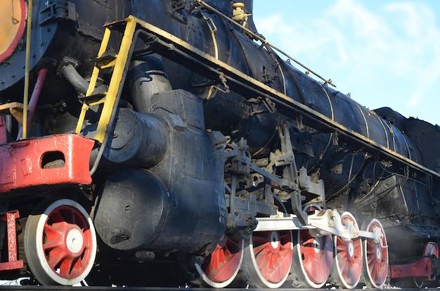 Retro-trem preto antigo na trilha.