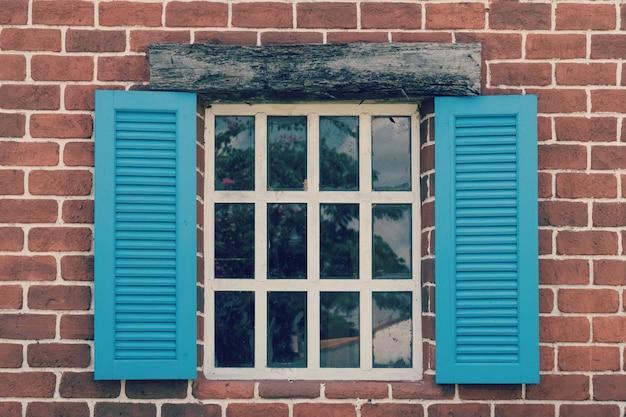Retro uma janela com um arco na parede de madeira