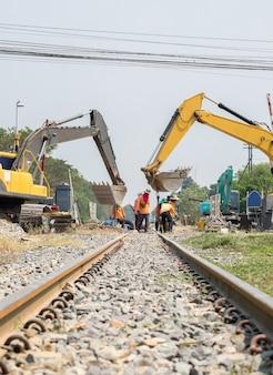 Retroescavadeira e construção de melhoria do trabalhador da ferrovia