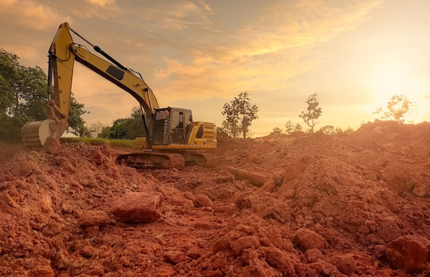 Retroescavadeira trabalhando cavando solo no canteiro de obras. dentes de balde de escavação de solo de retroescavadeira.
