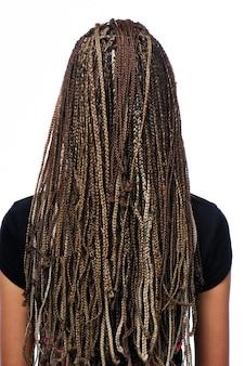 Retrovisor de garota com dreadlocks penteado isolada no branco