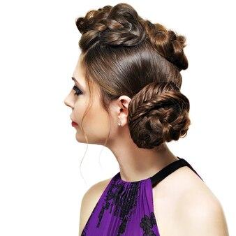 Retrovisor de mulher com penteado criativo com desenho de tranças, isolado no branco