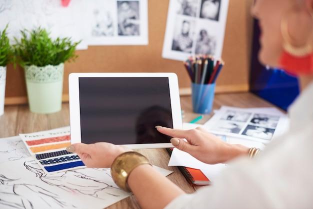 Retrovisor de mulher usando tablet digital