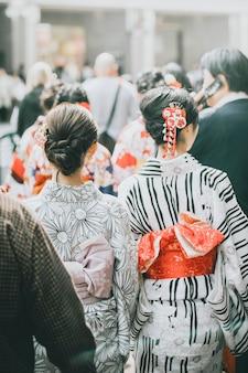 Retrovisor de mulheres japonesas em yukata no meio da multidão