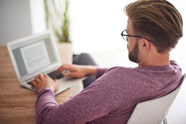 Retrovisor de um homem trabalhando em casa