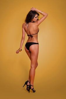 Retrovisor de uma mulher sexy em trajes de banho