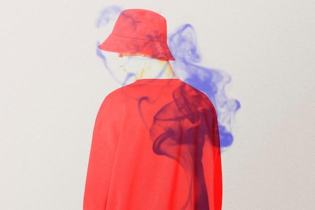Retrovisor do homem em mídia remixada de dupla exposição de cor