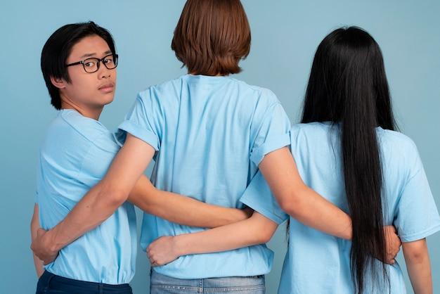 Retrovisor, meninos e meninas adolescentes elegantes posando juntos