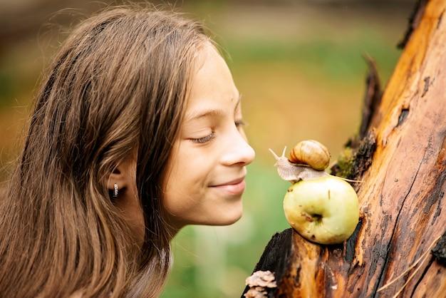 Reunião alegre de uma menina e um caracol.