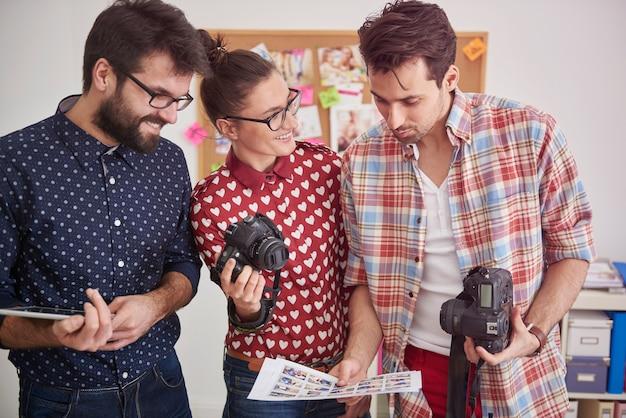 Reunião com outros fotógrafos no escritório
