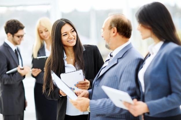Reunião com parceiros de negócios antes da apresentação no saguão