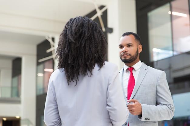 Reunião considerável séria do homem de negócios com colega