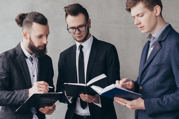 Reunião corporativa. análise de negócio. brainstorming e trabalho em equipe. colegas do sexo masculino trabalhando juntos em um novo projeto.