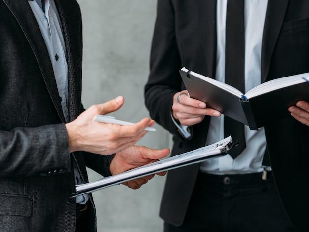 Reunião corporativa. parceria de sucesso. homens de negócios masculinos discutindo o novo plano de estratégia do projeto.