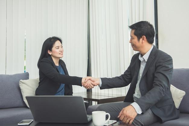 Reunião corporativa tremendo em conjunto trabalho em equipe