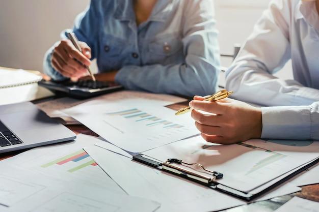 Reunião da equipe de contadores no escritório da sala para verificar finanças e contabilidade
