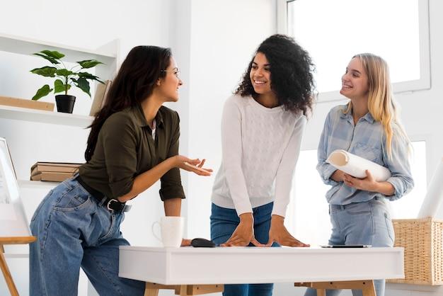 Reunião da equipe de mulheres de baixo ângulo