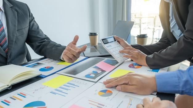 Reunião da equipe de negócios para planejar estratégias para aumentar a análise de receitas de negócios e discutir finanças