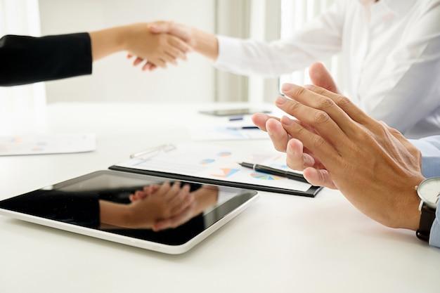 Reunião da equipe de negócios presente. investidor profissional que trabalha com um novo projeto de inicialização. computador portátil com tablet digital design inteligente no escritório.