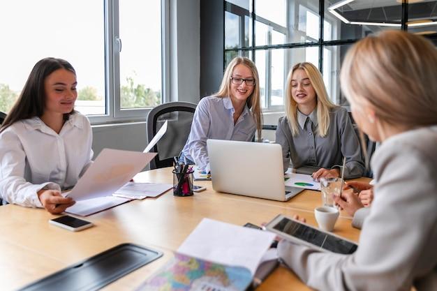 Reunião da equipe feminina para planejar a estratégia