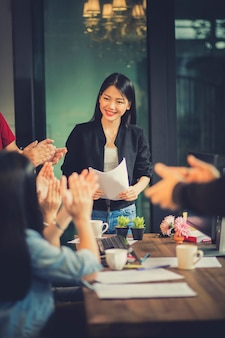 Reunião da equipe freelance asiática com felicidade no escritório em casa moderno